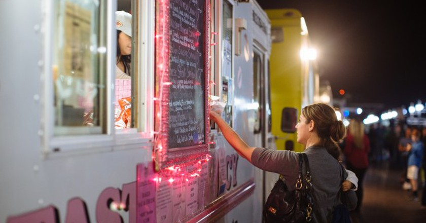 Woman ordering at a food truck | © CityofStPete/ Flickr
