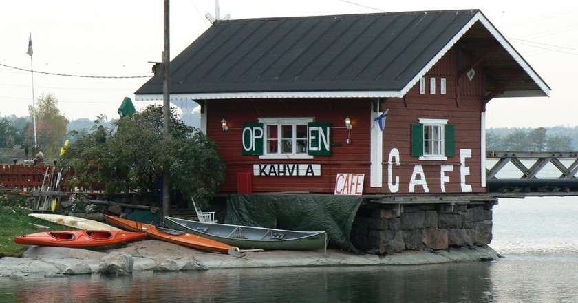 A Finnish coffee shop on a lake/ Amir Yalon/ Flickr
