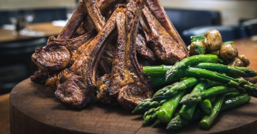 Hawksmoor Tomahawk chop and asparagus | © Hawksmoor Restaurants