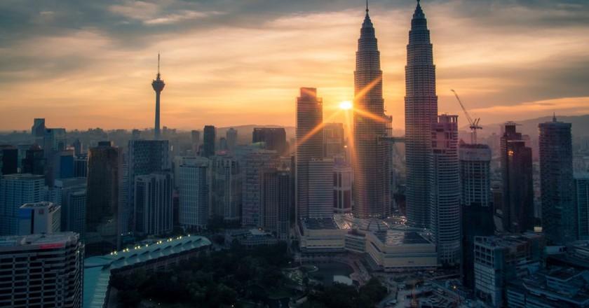 "<a href=""https://www.flickr.com/photos/i-gunawan/28382831843/"" target=""_blank"" rel=""noopener noreferrer"">Sunburst over Kuala Lumpur cityscape | © Indra Gunawan / Flickr</a>"