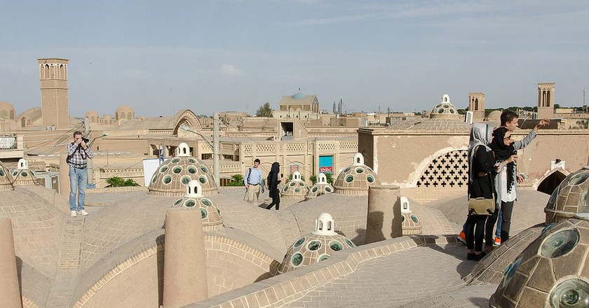 Tourists explore the rooftops of Kashan | © Kamyar Adl / Flickr