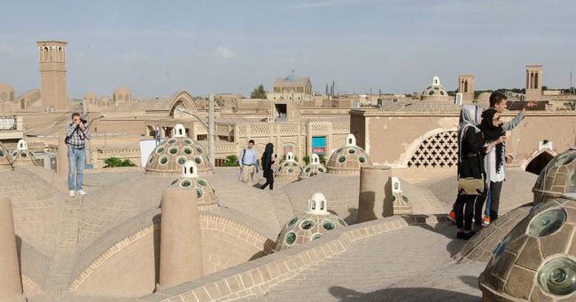Tourists explore the rooftops of Kashan | © Kamyar Adl / Flickr