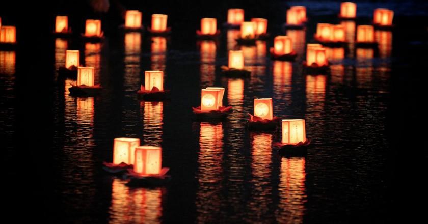Lanterns on the water   © MIKI Yoshihito/Flickr