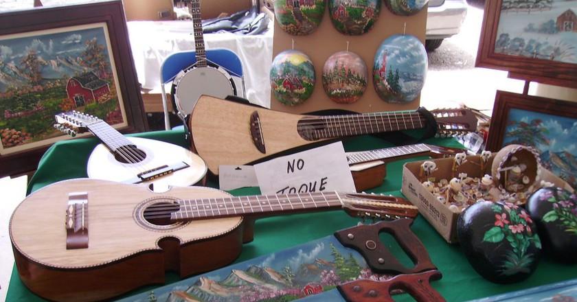 Instruments and artwork at San Sebastian's Plaza del Mercado | © William Rivera/ Flickr