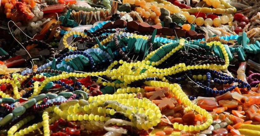 "<a href = ""https://pixabay.com/en/jewellery-chains-necklace-luxury-816036/""> Marketplace Jewellery | © meineresterampe/Pixabay"