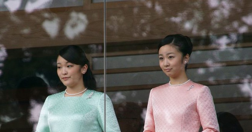 Princess Mako (left) and Princess Kako (right) during the New Year Greeting 2015 at the Tokyo Imperial Palace   © Kounosu1 / Wikimedia Commons