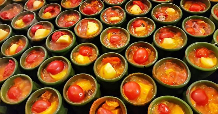 Clay pots of dizi stew | © شاملو / Wikimedia Commons