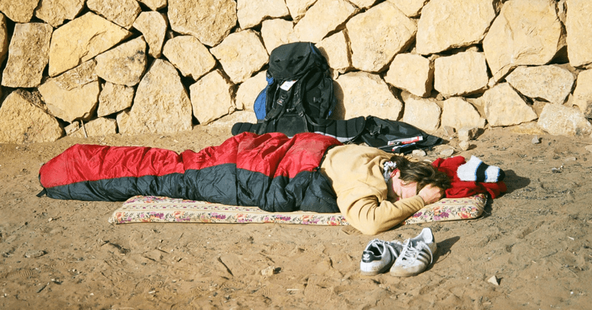 Snoozing tourist backpacker | © Daniel Maleck Lewy / Wikicommons