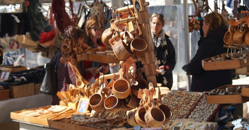 "<a href =""https://pixabay.com/en/souvenirs-cups-finland-helsinki-814718/""> A market stand selling Finnish souvenirs | © viktorwe/Pixabay"