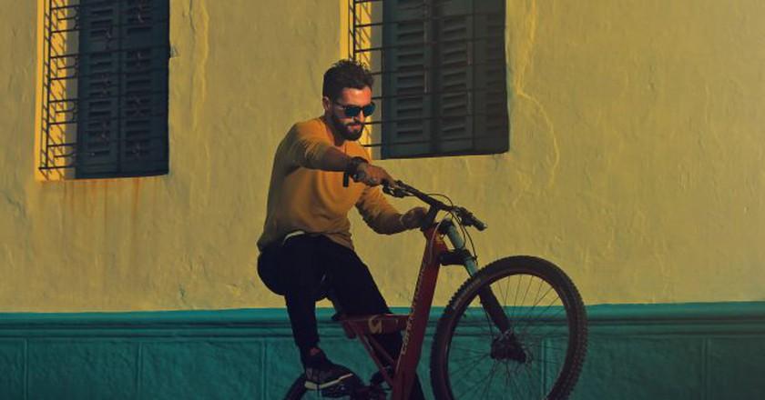 Trendy guy on a bike  © Mohamed Nohassi / Unsplash