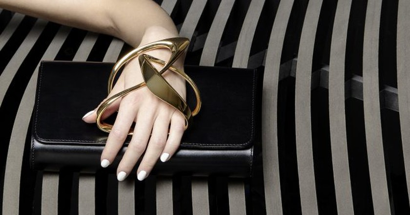 Loop Black clutch © Perrin Paris & ZHA Design