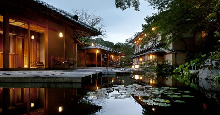 Modern Japanese water garden at a ryokan resort in Kyoto | © Hoshinoya Resorts/WikiCommons