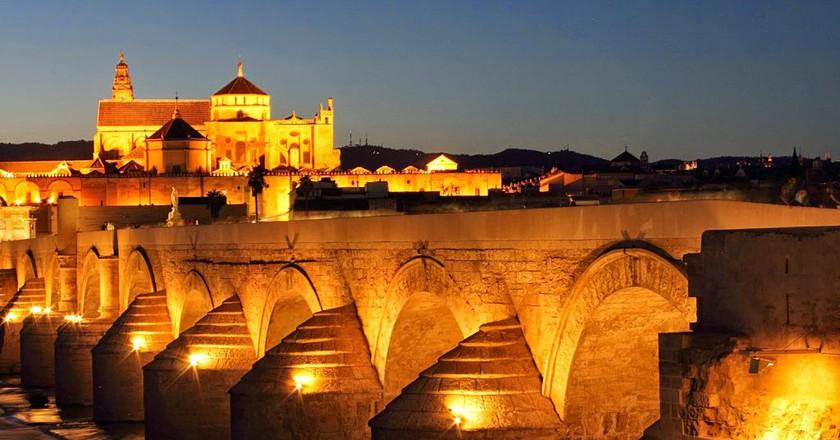 Córdoba's Roman bridge at night; yuqing0232_cn, pixabay