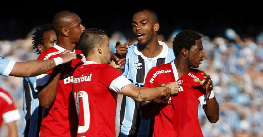 A confrontation between players of Grêmio and Internacional | Guilherme Testa/Flickr