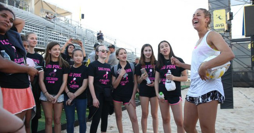 April Ross meets with local girls volleyball players at the 2017 NYC Open | © Mpu Dinani/A-Game Photography