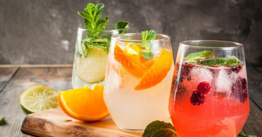 Selection of three kinds of gin tonic: with blackberries, with orange, with lime and mint leaves | © Rimma Bondarenko / Shutterstock
