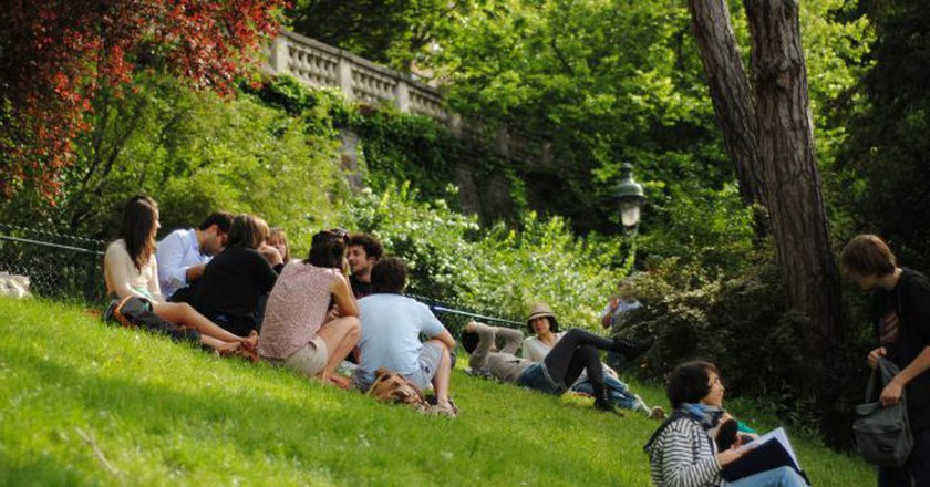 Hanging out in the Parc des Buttes-Chaumont│© Vinicius Pinheiro / Wikimedia Commons