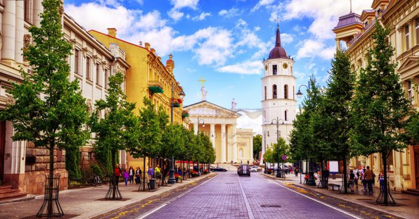 Cathedral square seen from Gediminas Avenue, the main street of Vilnius, Lithuania, a popular shopping and dining location | © Boris Stroujko / Shutterstock