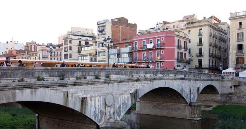 market on Pont de Pedra, Girona | ©Enfo / Wikimedia Commons