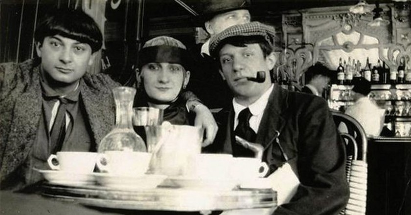Pablo Picasso, Moïse Kisling and Paquerette enjoying themselves at café La Rotonde, 1916 │© Unknown/ Wikimedia Commons