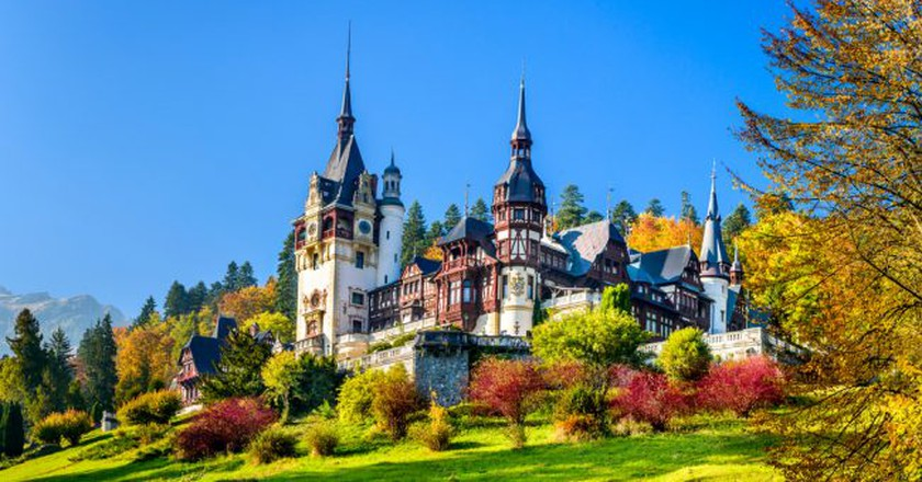Peles Castle, Romania. Beautiful famous royal castle and ornamental garden in Sinaia landmark of Carpathian Mountains in Europe | © Emi Cristea/Shutterstock