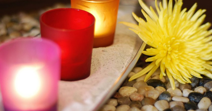 Colourful candles, flower, and pebbles in a spa | © Karl Cossio / Flickr