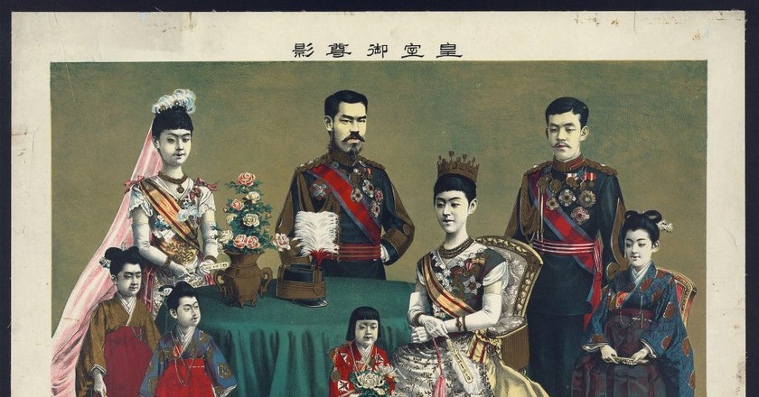 The Japanese Imperial Family (Torajiro Kasai, 1900) / Wikimedia Commons