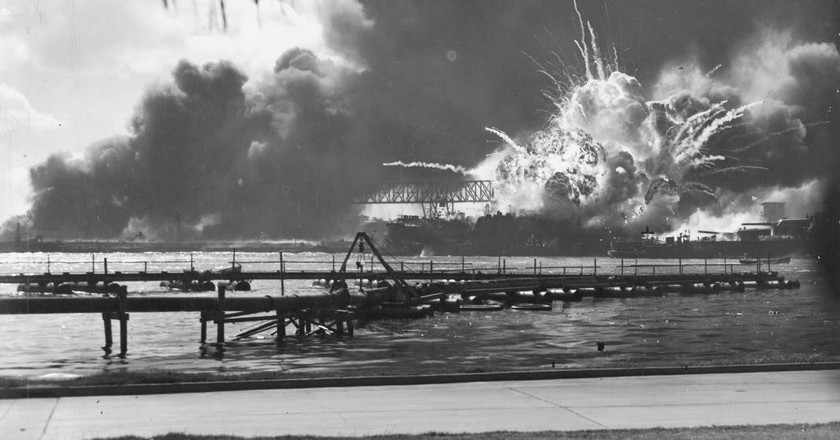 Destroyer USS Shaw exploding during the Attack on Pearl Harbor, December 7, 1941 | © Official U.S. Navy photograph/ Wikipedia