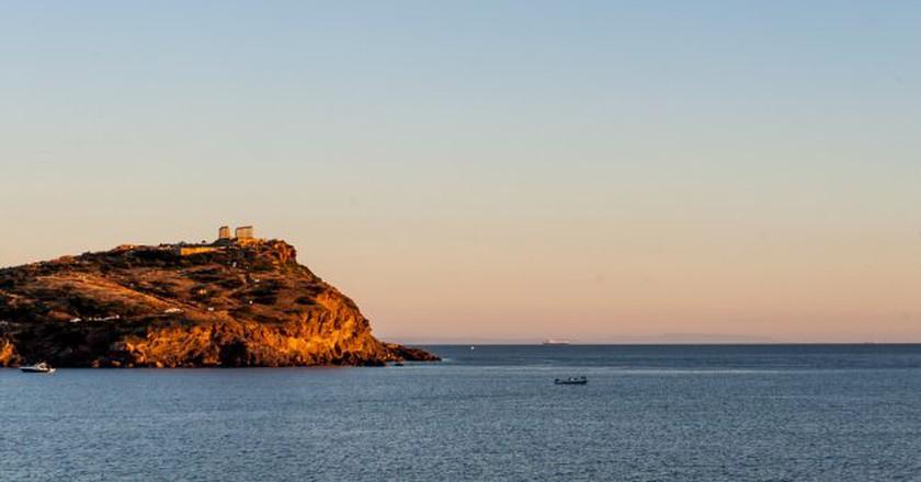 Cape Sounio in the distance | © jojo nicdao / Flickr