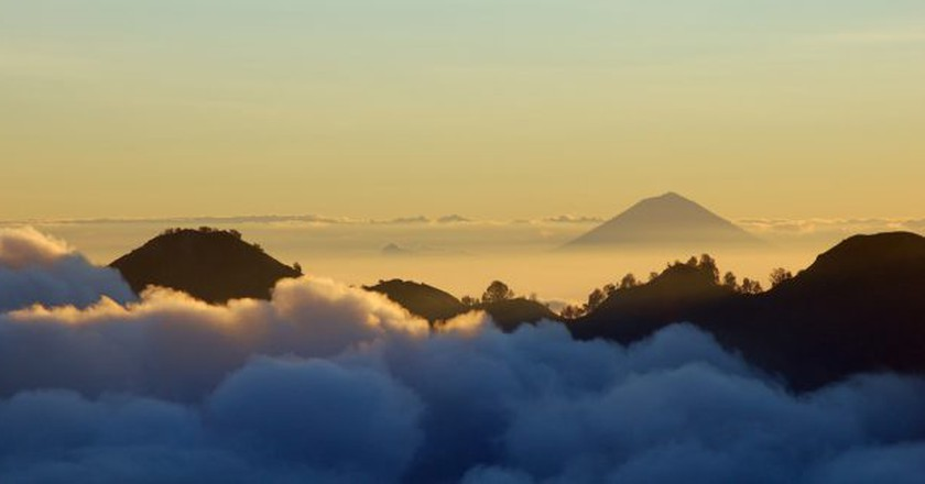 Mount Agung in Bali seen from Mount Rinjani in Lombok   © Rosino/Flickr
