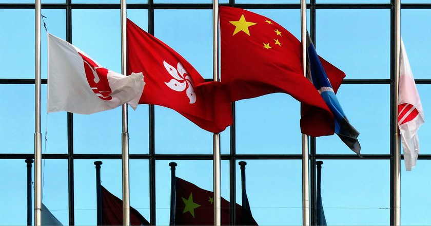 Flags of Hong Kong and the People's Republic of China | © Bernard Spragg. NZ/Flickr