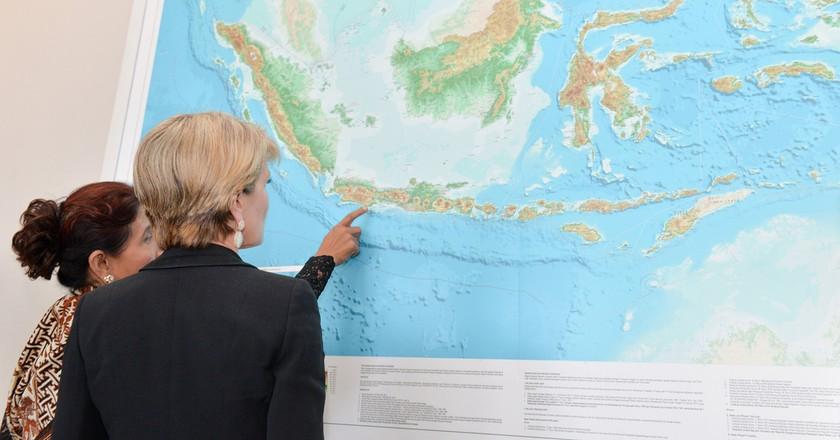 Susi Pudjiastuti and Australian Minister of Foreign Affairs, Julie Bishop | © Australian Embassy Jakarta / Flickr