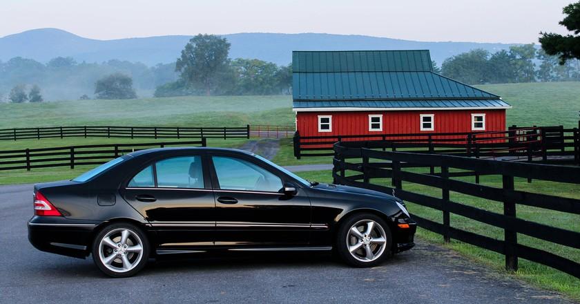 Car in a farmyard / Public domain / Pixabay