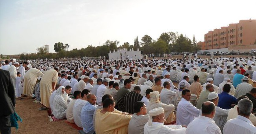 Moroccan men praying at the end of Ramadan  © Wikimedia Commons