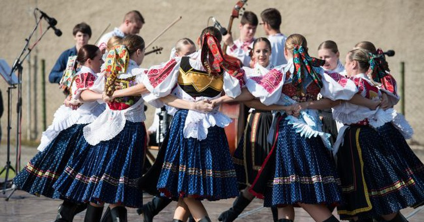 Folk costumes are a fantastic souvenir from Slovakia |© jhraskon/Pixabay