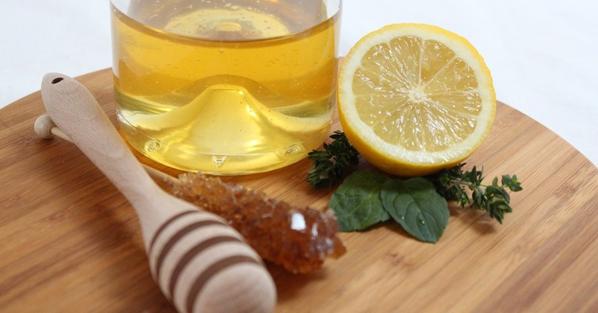 "<a href=""https://pixabay.com/en/lemon-citrus-fruits-mint-citrus-91537/"" target=""_blank"" rel=""noopener noreferrer"">Honey and lemon, two food with healing virtues | onefox / Pixabay</a>"