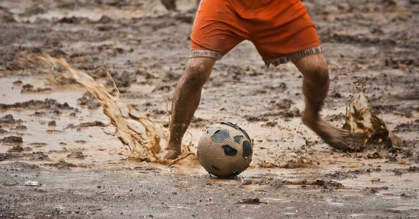 Playing swamp soccer / Pixabay