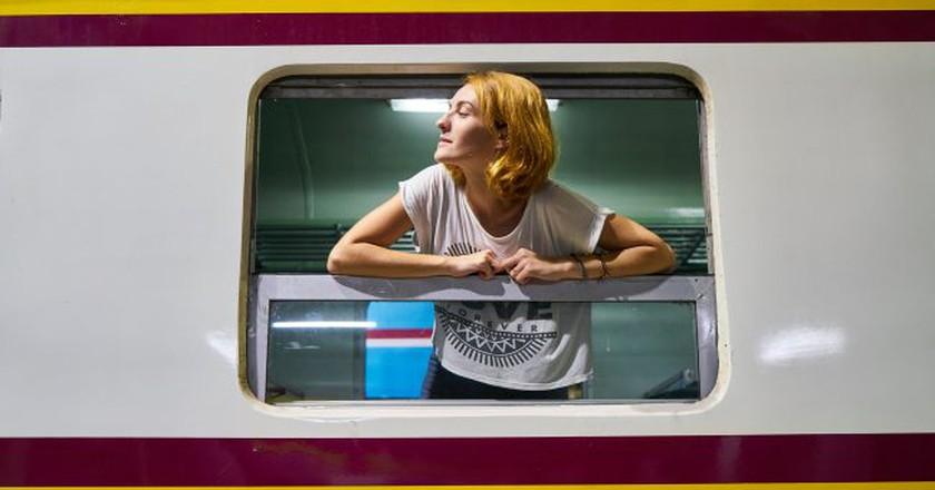 Woman traveling on a train | © Engin_Akyurt / Pixabay
