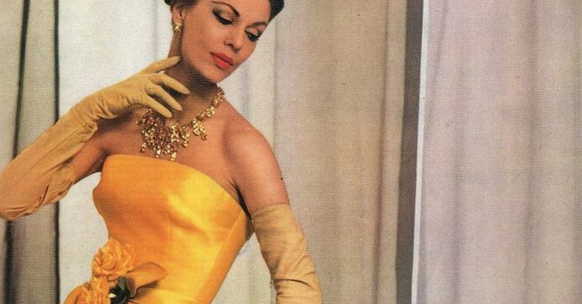 Yellow organdy Dior gown  © Robert Perrier / Wikimedia Commons