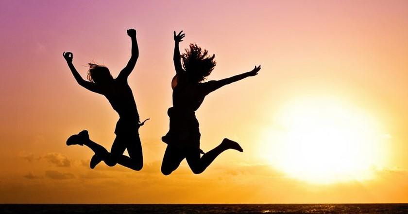 Jumping at sunset © Pixabay