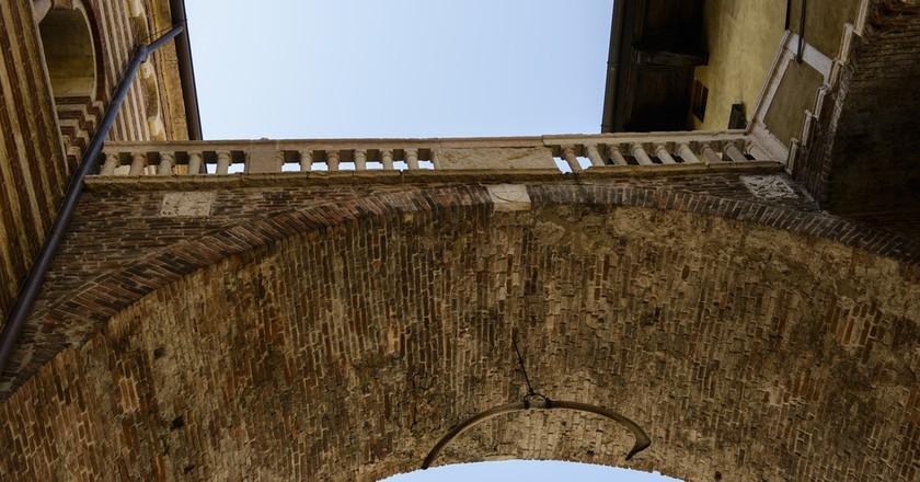 Arco della Costa (Arch of the Rib), Verona, Italy | © Son of Groucho / Flickr