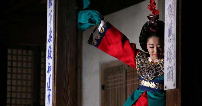 A traditional court dance at Changdeokgung   © KoreaNet / Flickr