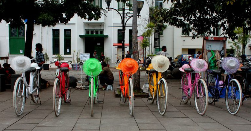 Colorful bicycles in Jakarta Old Town | © Prayitno / Flickr