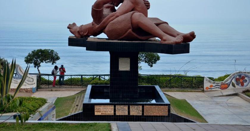 Statue of lovers in El Parque del Amor   © GothamNurse/Flickr