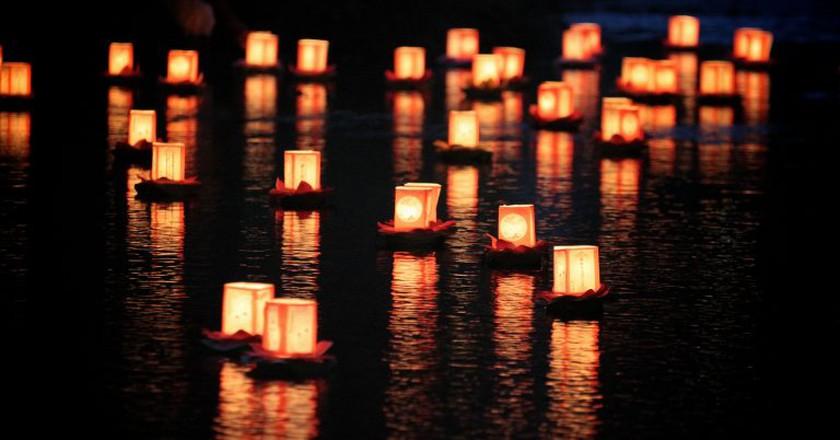 A toro nagashi (lantern floating) in Hokkaido, Japan | © MIKI Yoshihito/Flickr