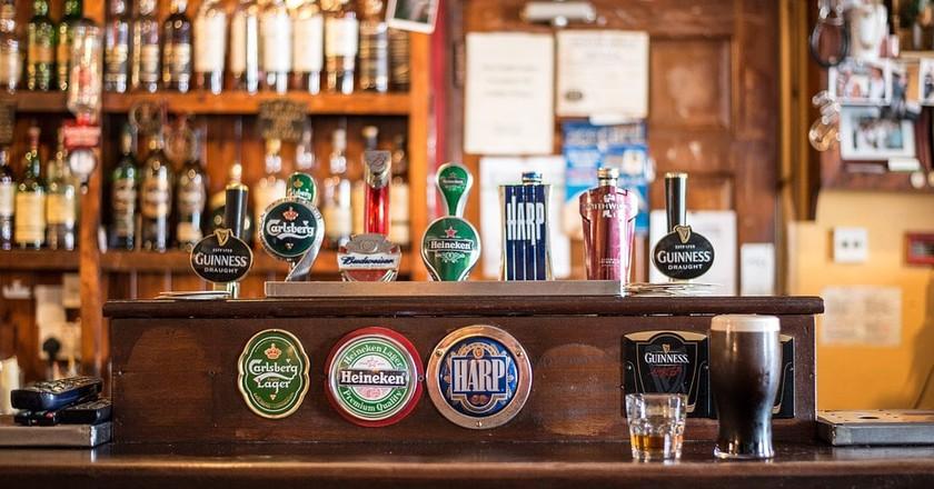"Bar counter | <a href=""https://pixabay.com/en/bar-local-cong-ireland-irish-pub-209148/"">© Christian Birkholz / Pixabay</a>"