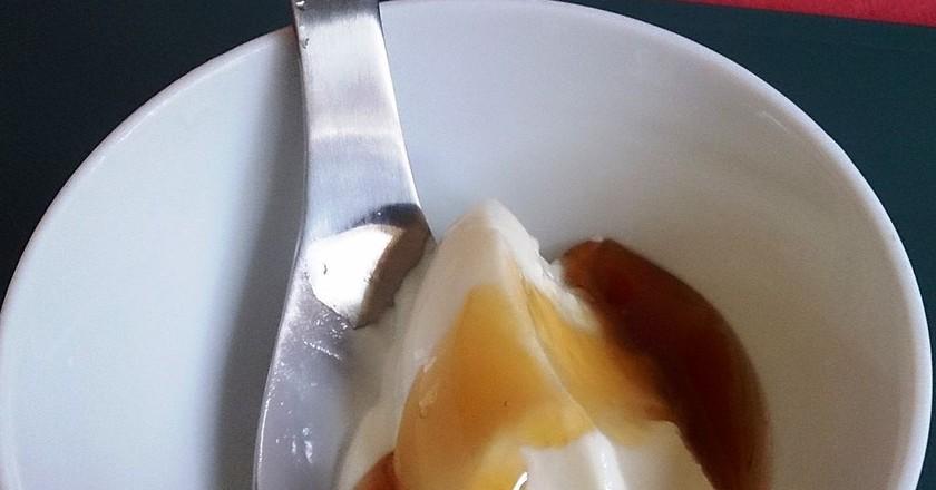 Greek yoghurt topped with honey | © ProjectManhattan / WikiCommons