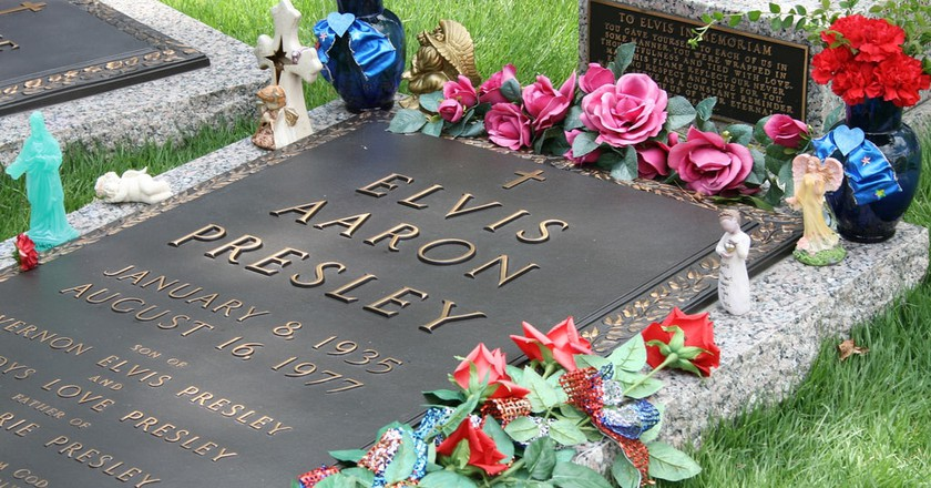 Elvis Presley's grave at Graceland | ©Lindsey Turner/Flickr