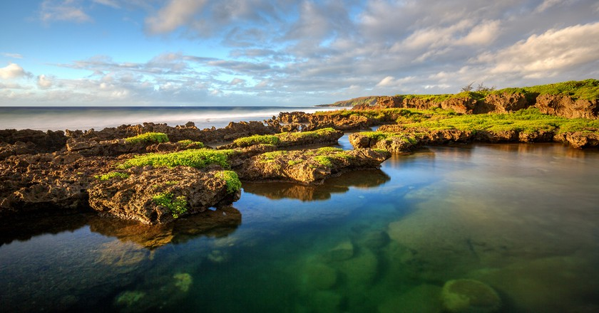 Reef and lava rocks in Guam I © J'nel / Shutterstock