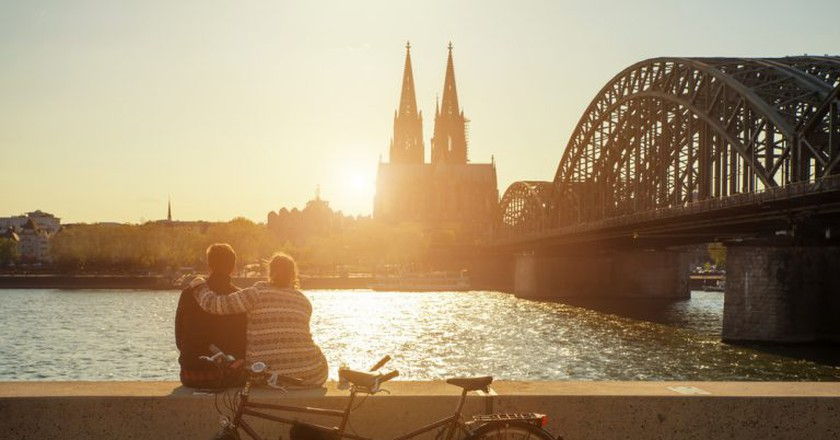 A young couple watches the sun set over Cologne Cathedral |© Prasit Rodphan / Shutterstock